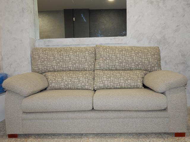 Sofá 3 plazas fijo, ideal para espacios reducidos, también su precio es muy reducido.Estupendo sofá anticrisis.