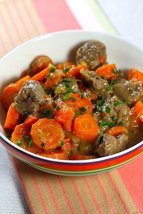 Boeuf carottes. Deux ingrédients pour composer un plat mijoté délicieux et relativement léger. Quand j'entends que les plats mijotés, c'est gras, c'est plein de calories, etc je me dis qu'on ne doi...