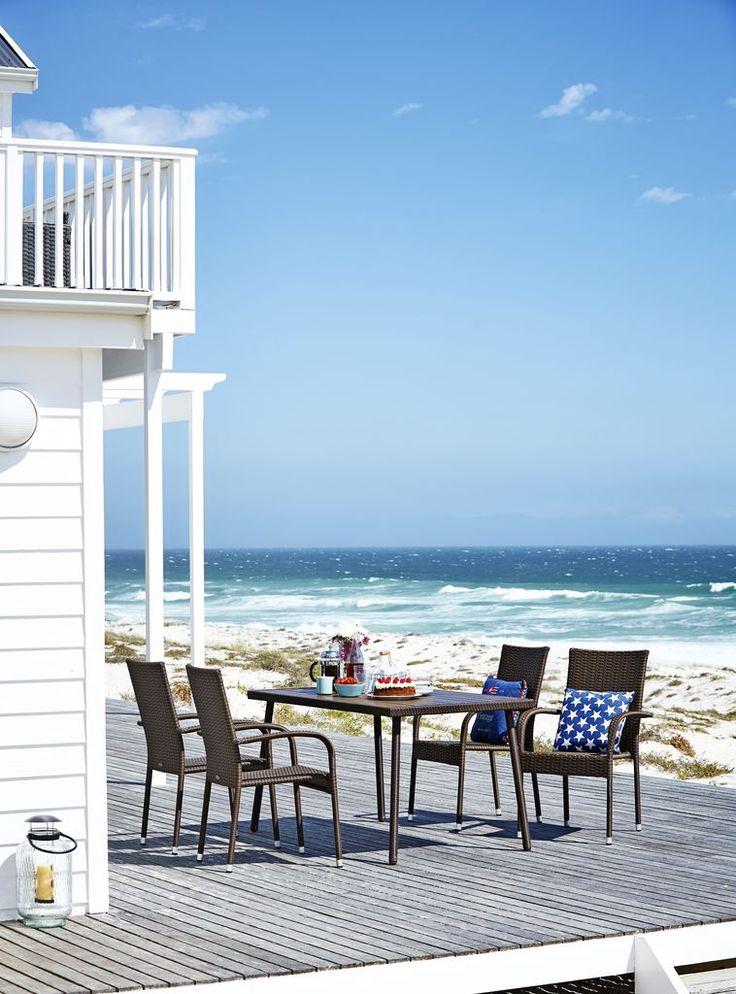 Masa SANDVIKA din lemn artificial rezistent nu necesita intretinere, iar scaune GUDHJEM din otel si petan impletit manual sunt rezistente la apa. De aceea, sunt ideale pentru a mobila zonele de exterior, mai ales in zonele cu umiditate mare. | JYSK