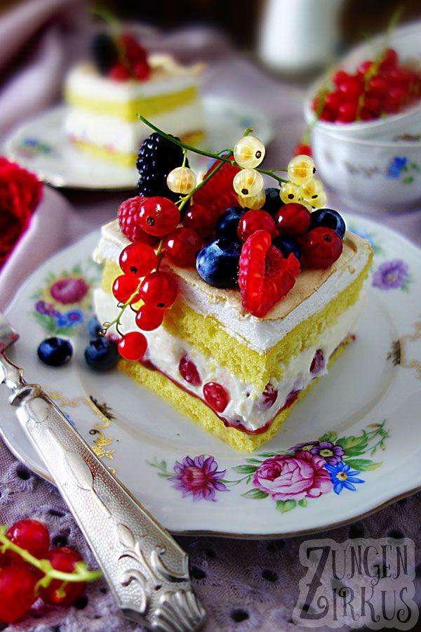 Beerenkuchen mit Cremefüllung, Biskuit, Baiser und Konfitüre. Natrlich auch jede Menge Beeren!