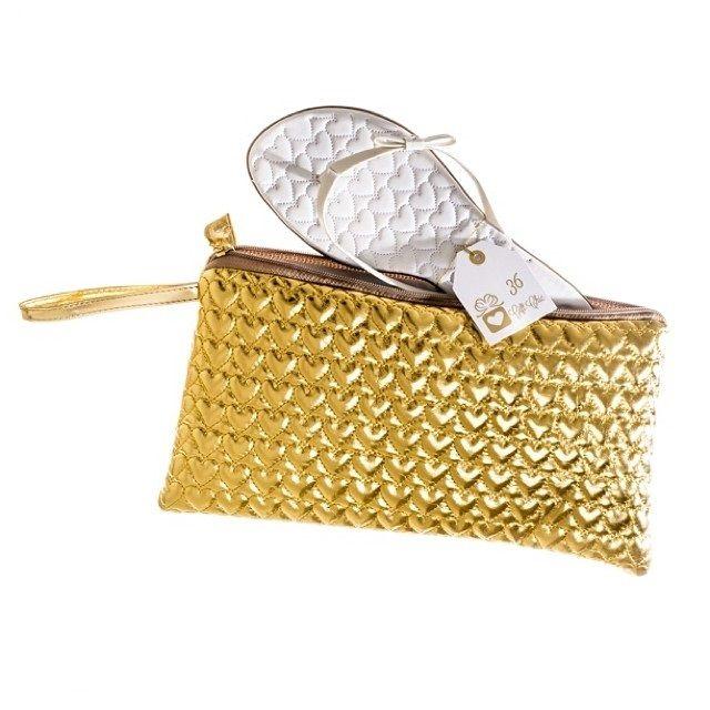 Uma bolsinha com sandália personalizada. Loja: Gift Chic.