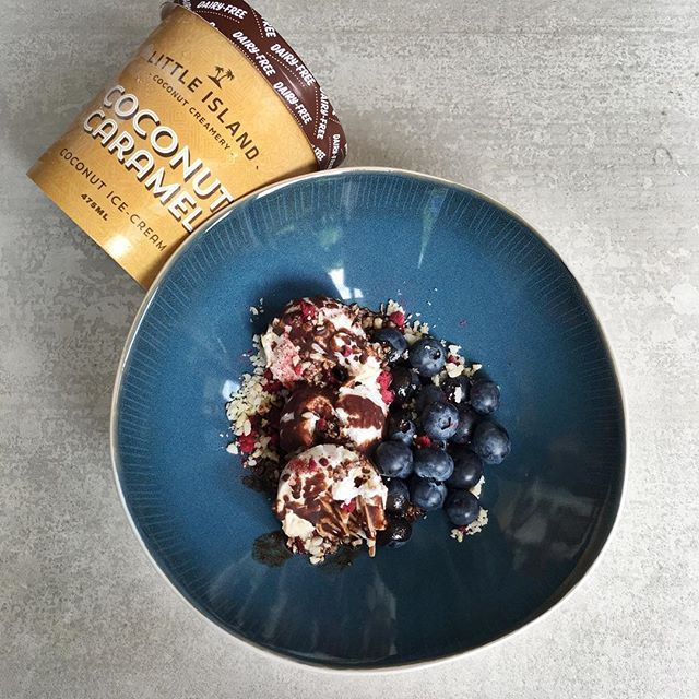 I found myself overheating this weekend when we finally got some hot weather in Auckland ☀️ thankfully @littleislandnz was there to save me! Ice cream, blueberries, freeze dried berries, crushed cashew and macadamia sprinkle with a good pour of @healthyalways chocolate ice magic hard shell topping - what a mouthful 👅