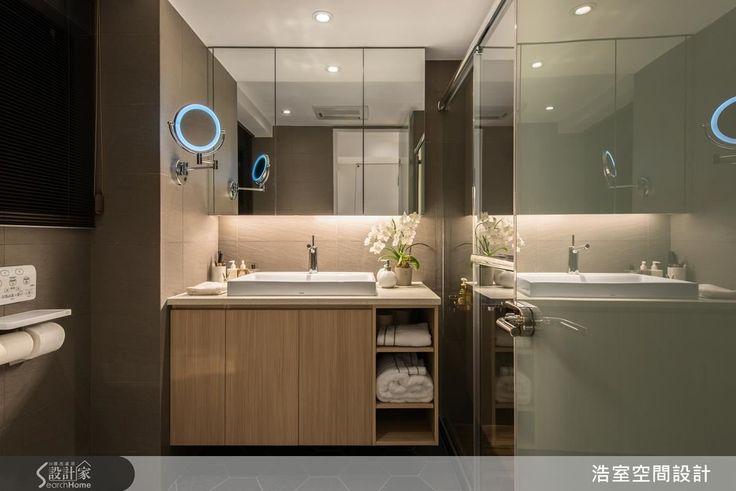 2 間衛浴與主臥一樣,走的是精品飯店風設計,以玻璃與鏡面等素材,展現出現代俐落風格。依照需求不同,在檯面設計上略微不同,主臥衛浴以木質下櫃以及暖色調的壁磚,營造較為溫馨的居家氛圍,可以伸縮的圓鏡則是體貼女主人的設計。