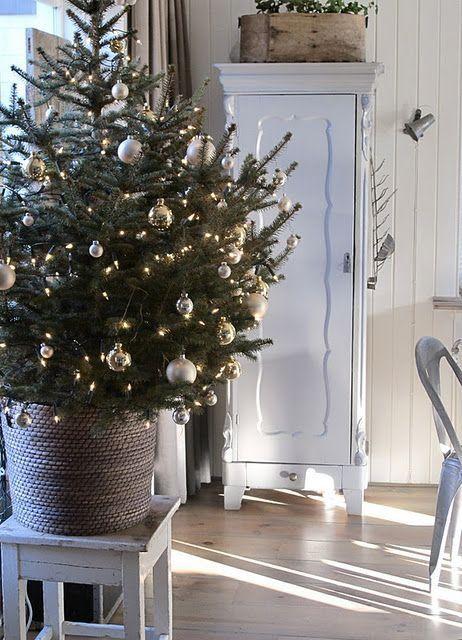 lite juletre med julekuler i sølv