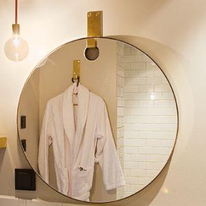 Round Brass - SPEGEL 1 300,00 kr by Koncept Stockholm Round Brass är en fantastiskt fin rund spegel med mässingsram och en krok i mässing för upphängning. Passar i badrum men lika väl i hallen, sovrummet eller matsalen. Utförande: Spegel om 600mm i diameter. Krok i mässning för upphängning.