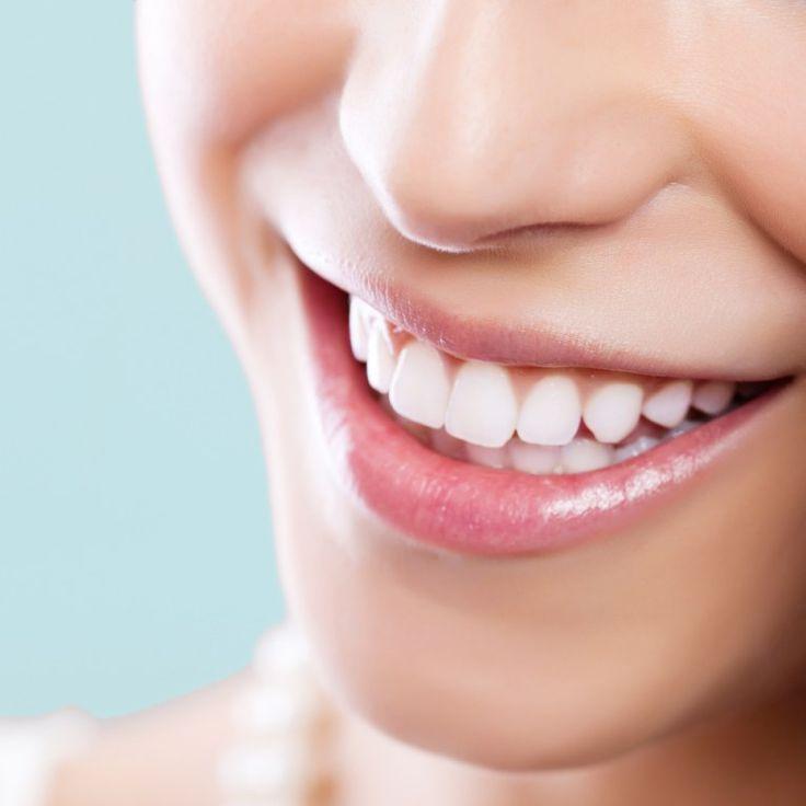 Kaffee, Tee, Rotwein, Nikotin, aber auch abgestorbene Zahnnerven sind Gründe für verfärbte Zähne. Ihr wollt für ein 1.000-Watt-Lächeln endlich weiße Zähne bekommen...