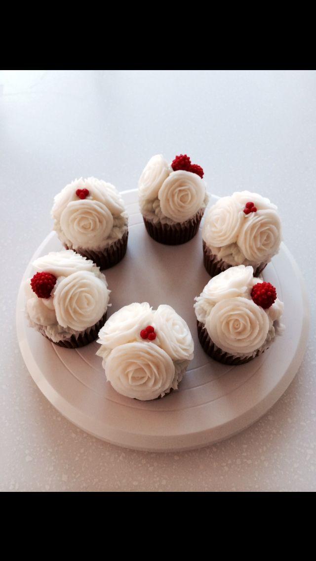 #buttercream flowerCake #white christmas cake www.leslycake.com