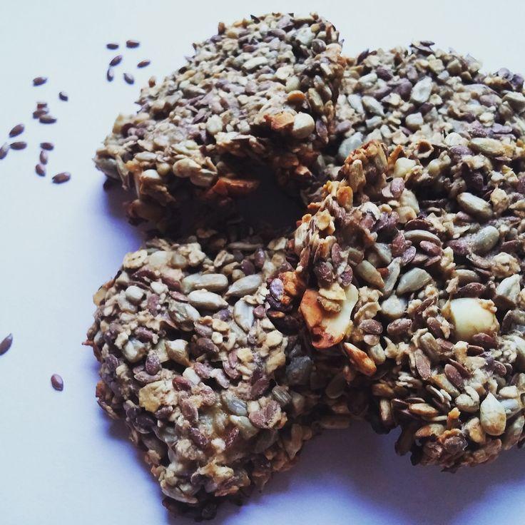 wegańskie ciasteczka z nasion i owoców