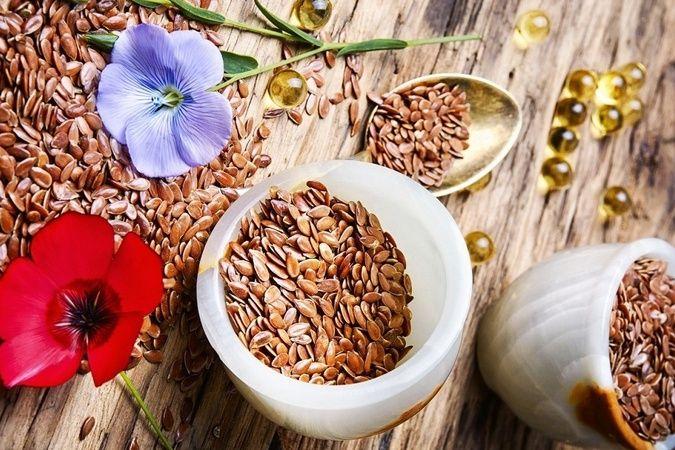 """Možno len vegáni vedia naozaj oceniť ľanové semienka, pretože nami ostatnými sú väčšinou považované len za """"suché"""". Vskutočnosti sú plné živín amajú..."""