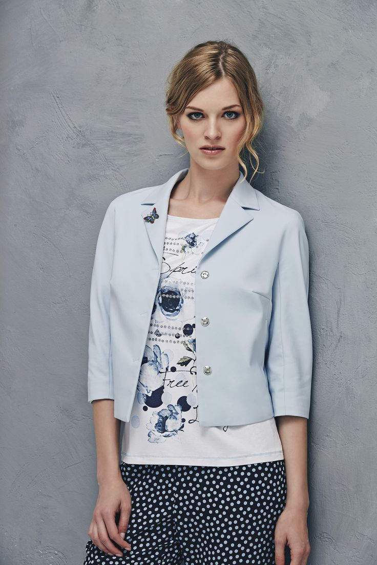 Mini blazer in pale blue technical fabric over soft crèpe trousers with light blue polka dots and patterned T-shirt www.donnedasogno.it