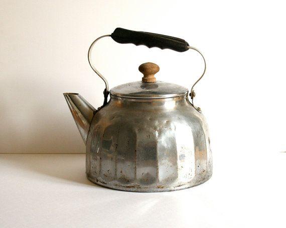 La vieille bouilloire en aluminium qui trônait en permanence sur la cuisinière. / Vintage french kettle rustic aluminum. / By Voladoravintage