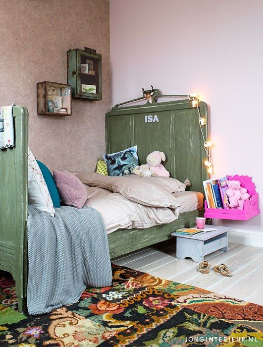Girls room Meisjeskamer JONGInterieur.nl rozenkelim vintage bed