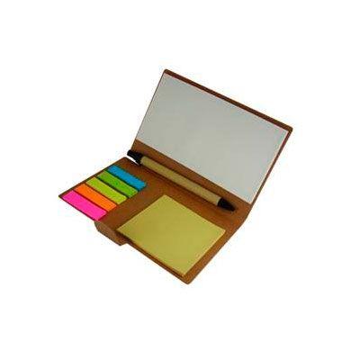 Libreta de notas pisa papeles. Incluye cuadernillo de hojas, recicladas, taco post-it, banderitas post-it y un bolígrafo. Colores: Café Medida: 15,6 x 10 cm