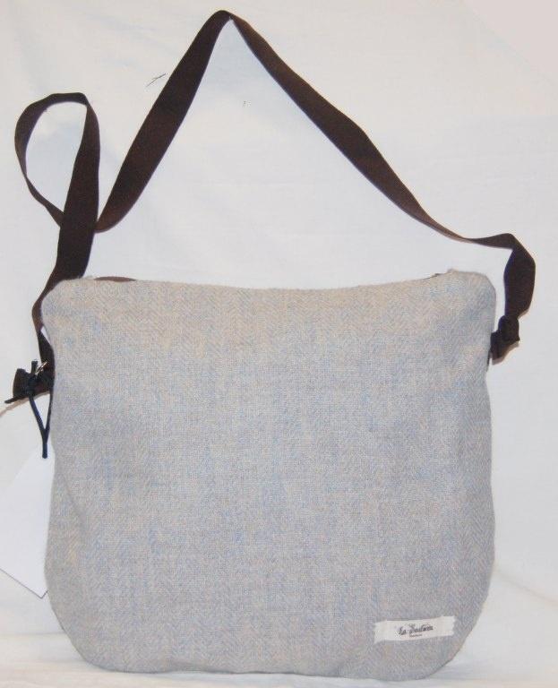Pia – Borsa a tracolla realizzata in tessuto azzurro in lana. La borsa è stata lavorata per ottenere  rigidità che assicura anche una maggior tenuta. (etc.)  Realizzata interamente a mano. Modello unico.
