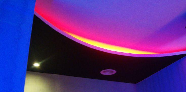 salah satu dari variasi plafon ruang karaoke yang berada di kota palembang.