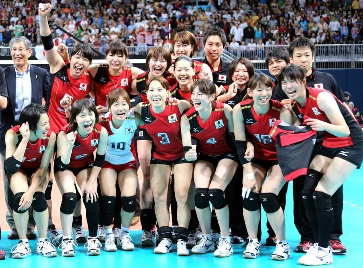 日本対韓国 銅メダルを獲得し、笑顔を見せる日本選手。1列目左から迫田さおり、中道瞳、佐野優子、竹下佳江、山口舞、江畑幸子、新鍋理沙、2列目左から荒木絵里香、大友愛、木村沙織、井上香織、3列目中央は狩野舞子