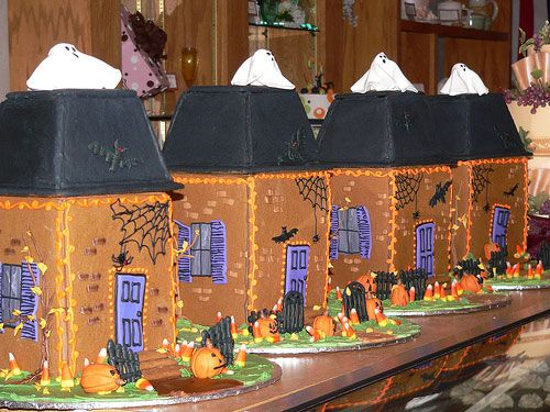 """Matching Halloween Row Houses!   Made and Provided by """"EdibleArt"""" on Flickr.com"""