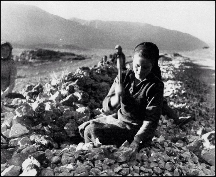 Ηπειρος,γυναίκες σπάνε πέτρες για την κατασκευή δρόμων το 1947.Βούλα Παπαιωάννο