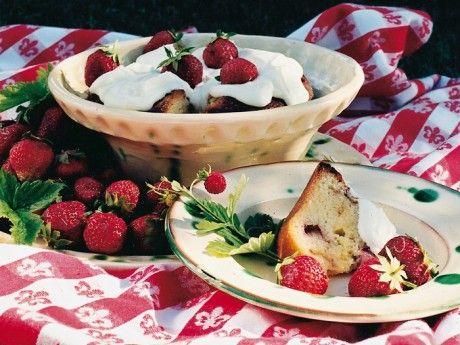 Rabarberkaka – jordgubbar och grädde