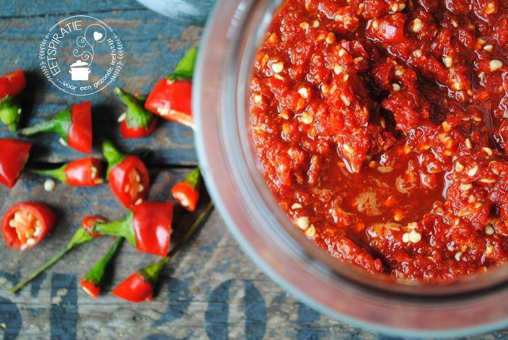 Hoe maak je nu zelf deze populaire Thaise chilisaus? Sriracha is een hele pittige saus. het maken is leuk en eenvoudig. Kijk hier voor het recept.