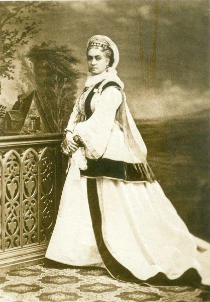 Η Ελένη Θεοχάρη, το γένος Διονυσίου Βούλτσου, Μεγάλη Κυρία της Αυλής  της βασίλισσας Όλγας. Καταγόταν από την Ζάκυνθο. (φωτογραφία Πέτρου Μωραΐτη). Αρχειακές συλλογές www.nationalgallery.gr