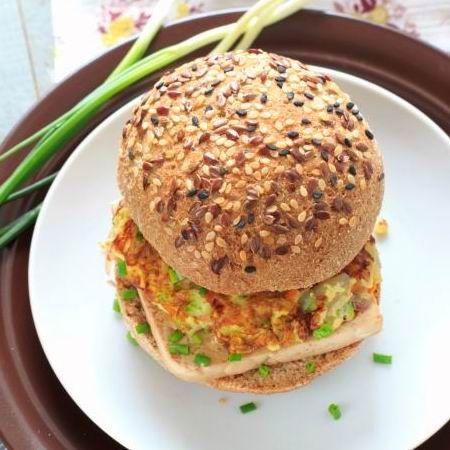 Tofu-burger sajtmártással