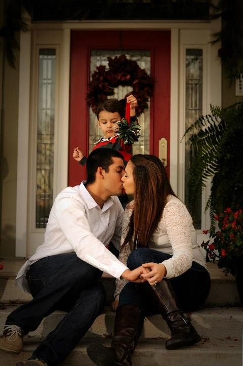 Christmas photography family, Holiday photo ideas, Christmas photo ideas, Mistletoe,
