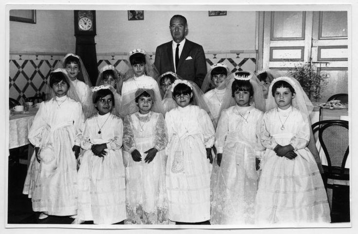 El presidente de la Diputación Provincial, Ramón Luis Pascual del Riquelme, posa con las niñas internas de la Casa José Antonio tras su primera comunión c. 1962 http://archivoweb.carm.es/archivoGeneral/arg.mostrar_visor3?idses=0