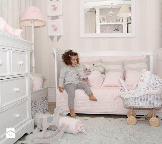 Propozycja Caramella na pokój dziewczynki to połączenie bieli oraz subtelnego, bardzo eleganckiego pudrowego różu z jasną szarością lub beżem. Białe meble Linii Francuskiej plus stonowane dziewczęce dodatki. Mebelki mają uniwersalne, stylow ...