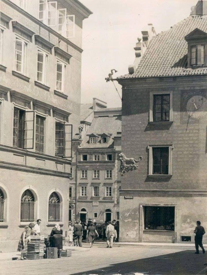 """Kamienica """"Pod Lwem"""" / ul. Świętojańska Widok od ulicy Zapiecek fot. 1960r., źr. skyscrapercity.com"""