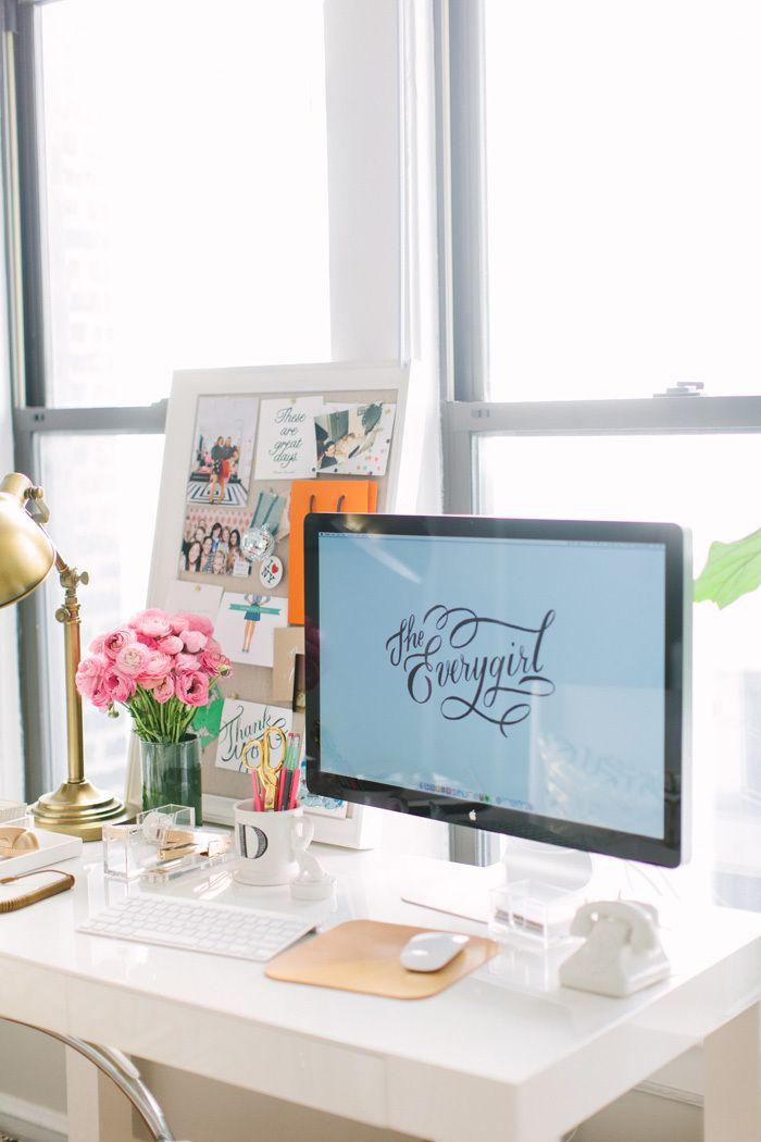 wit bureau met mac en roze