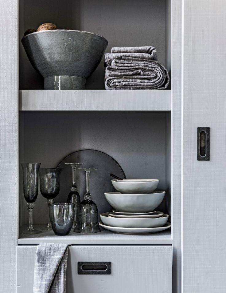 Shop deze stijl: grijze accessoires en servies   Shop the look: grey accessories and plates