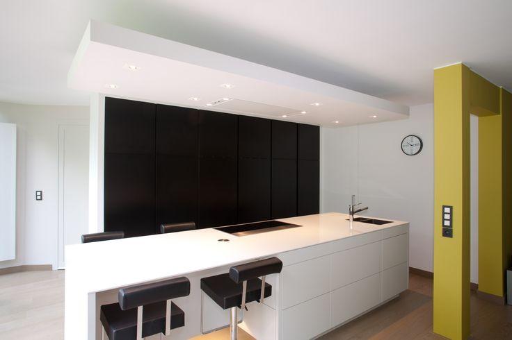 Black & White keuken met push systeem, verborgen apparaten en zwevende luifel met indirecte verlichting.  Geplaatst bij een particuliere klant. Ontwerp en Design: Jan Erkelens