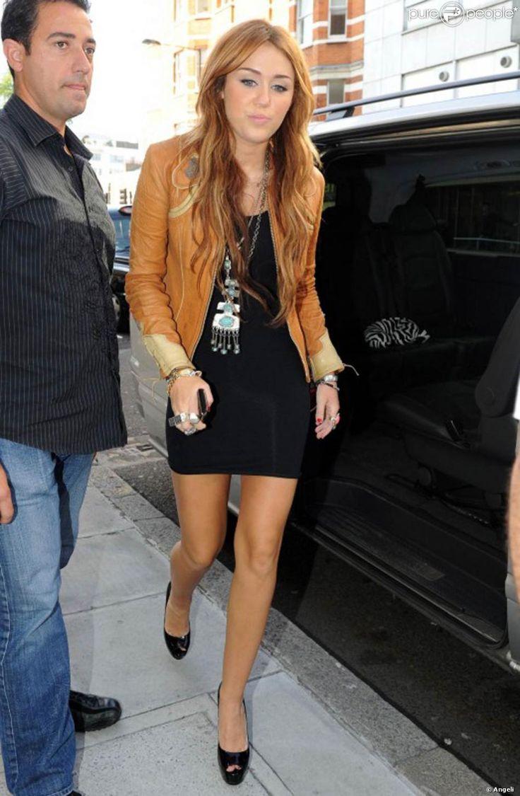 La starlette américaine Miley Cyrus a mis le paquet pour sa promo européenne : moulée dans une micro robe noire qui dessinait ses jolies courbes, associée à un perfecto camel et à des stilletos Ruthie Davis, la lolita a fait sensation !