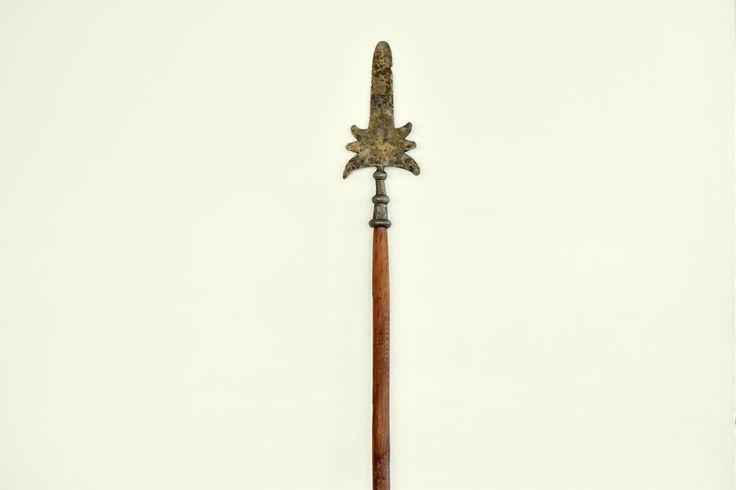 Partyzana/Szponton – broń drzewcowa, wykorzystywana w Europie od XVII do I poł. XIX w. Składała się z drzewca długości ok. 1,5 m, zakończonego żelaznym grotem z symetrycznymi, często zdobnymi kolcami lub hakami. Była bronią paradną stosowaną w wielu krajach przez gwardie pałacowe, ale także przez gwardie-milicje miejskie. Na polach XVIII-wiecznych bitew korzystali z niej podoficerowie, rzadziej oficerowie, którym służyła nie tylko jako broń podstawowa broń.