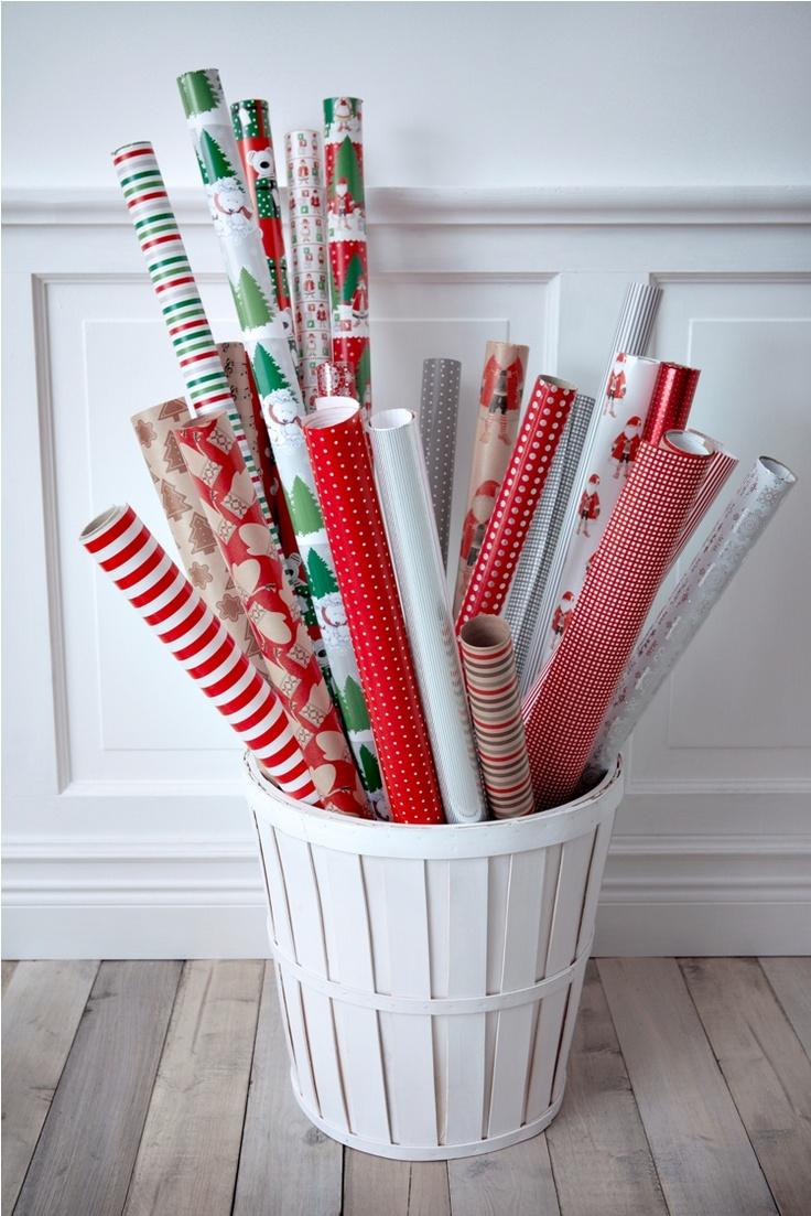 Τυλίξτε μόνοι σας τα δώρα που θα προσφέρετε στους αγαπημένους σας! Στην ΙΚΕΑ θα βρείτε πολλά χαρτιά περιτυλίγματος με γιορτινά μοτίβα.