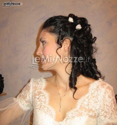 Acconciatura sposa con capelli semiraccolti e boccoli morbidi. Clicca e guarda tante altre immagini per acconciature sposa http://www.lemienozze.it/gallerie/foto-acconciature-sposa/img8236.html