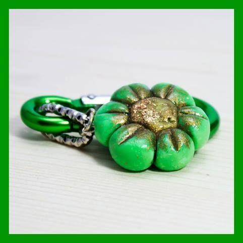 Portachiavi Fiore verde, realizzato in pasta di mais.