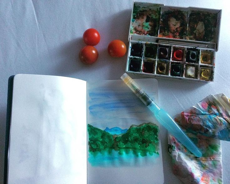 Os últimos dias deram prioridade às conversas e às caminhadas em silêncio. Deixei os desenhos para os momentos de descanso. Desenhei não o que via mas o que me ficou na memória. Não há arte mais bonita do que aquela que a natureza nos dá. Nem inspiração mais profunda. Pinto enquanto como tomates cereja. Ele lê o jornal. Ela ensaia um teatro com as bonecas. Sou mesmo muito feliz. #asturias #watercolor #art #nature #motherhood #motheranddaughter #familytime #unconditonallove #sketchbook #color…