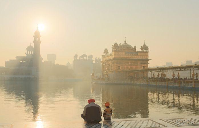 O Templo Dourado brilha entre a névoa de Amritsar, na Índia #India #momondo
