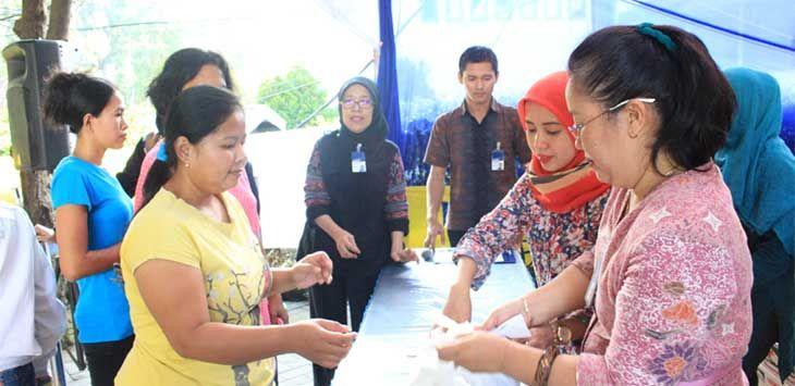 BUMN PEDULI: Perwakilan karyawan Bank Mandiri menjual paket sembako denga harga miring. FOTO : Omer / Radar Bogor.
