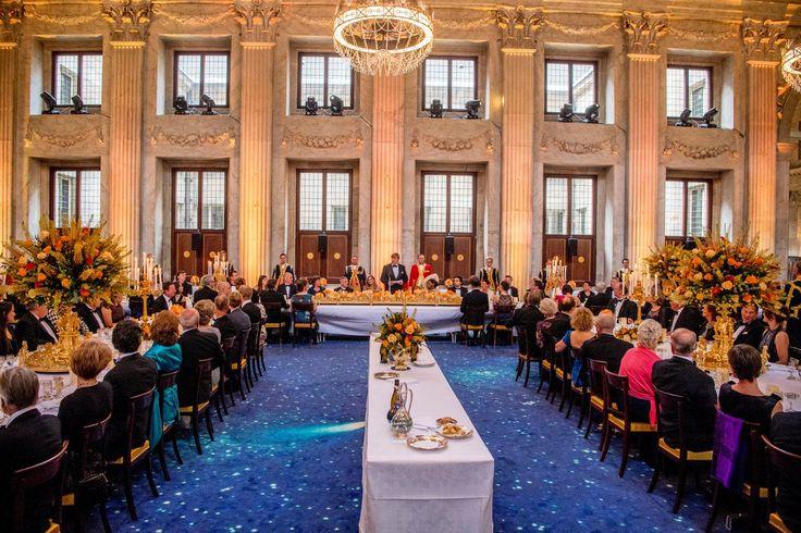 In het Koninklijk Paleis op de Dam wordt vanavond 28 april 2017 het verjaardagsdiner van koning Willem-Alexander gehouden. Voor het diner zijn 150 Nederlanders uitgenodigd die op dezelfde dag jarig zijn als Willem-Alexander. Voor de miljoenen Nederlanders die niet mogen aanschuiven, op facebook foto s. Koning Willem-Alexander werd gisteren, 27 april 2017 50 jaar oud.AT5 (@AT5)