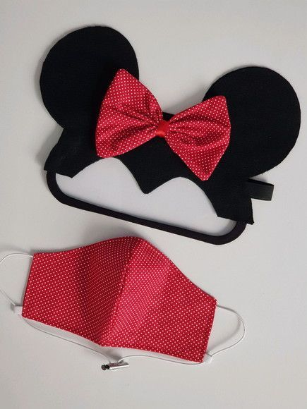 Minnie Mouse Para este lindo disfraz debes enfocarte más en tus orejas de foami. Para tu cubrebocas, solo agrega uno de tela a cuadros o liso en color rojo y agrega un moño del mismo color. Te encantará. Easy Face Masks, Diy Face Mask, Masks Art, Halloween Disfraces, Diy Mask, Fashion Face Mask, Mask For Kids, Halloween Diy, Couture