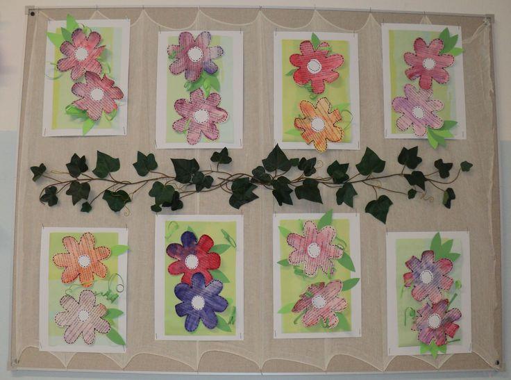 Květy - černobílé noviny, akvarelové pastelky, barevný papír, černý fix