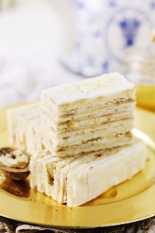 Prajitura cu smantana si foi de miere, o prajitura neasteptat de buna, cu foi de miere coapte pe dosul tavii si crema pufoasa de smantana,