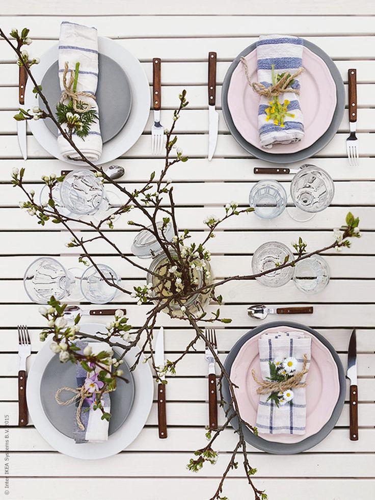Pasteller och kvistar från blommande fruktträd sätter tonen. DINERA och ARV tallrikar, RUSTIK bestick, POKAL glas. Frida Eklund Edman, Fridasfina, för Livet Hemma