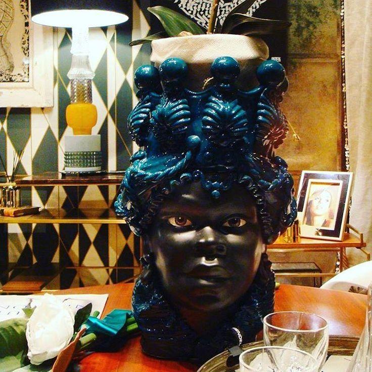 Testa di moro in ceramica interamente lavorata a mano utilizzabile come vaso porta pianta,soprammobile o qualsivoglia elemento decorativo per la casa. • La qualità dei particolari e la misura davvero GRANDE (Mezzo metro) fanno di questo oggetto un vero preziosismo dell'arte ceramista di Caltagirone. • COLORAZIONE NERO E BLU COBALTO. • SI REALIZZANO COLORAZIONI PERSONALIZZATE SU RICHIESTA IN 7/10gg • ACQUISTANDO LA COPPIA,SIMBOLO DELLA STORIA D'AMORE DESCRITTA NELLA LEGGENDA DELLE TESTE DI…