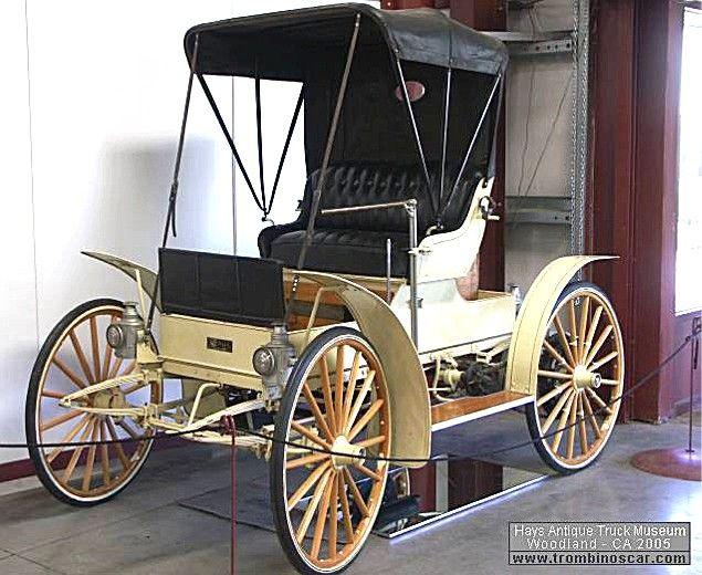 Sears Model K Buggy, voiture routière de 1910  La Sears Model K - Motor Buggy, cette voiture de collection fut construite en 1910 à 3500 exemplaire sur toutes périodes et vendu $350, ce Buggy Sears Model K a une carrosserie buggy 2 places, un moteur bicylindre de 103,7cid - 14cv.