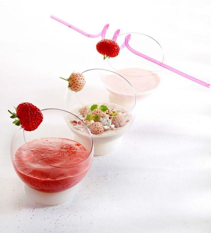 Espuma van rode vruchtenBreng 95 gram water met 95 gram suiker aan de kook. Mix intussen de aardbeien met het limoensap in een blender tot puree. Haal de puree door een zeef zodat er geen pitjes meer inzitten. Los het gelatinepoeder op in 25 gram warm water en voeg samen met het suikermengsel toe aan de aardbeienpuree. Giet het aardbeienmengsel in een sifon. Zet twee gaspatronen op de sifonfles, schud goed en laat de fles een uurtje in de koelkast staan.