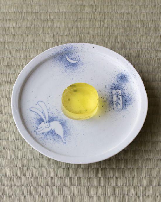 菓=水月/末富(京都)  器=初期伊万里写吹墨兎文皿 加藤清允作 現代